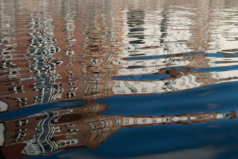 Réflexions des bâtiments dans l'eau images libres de droits