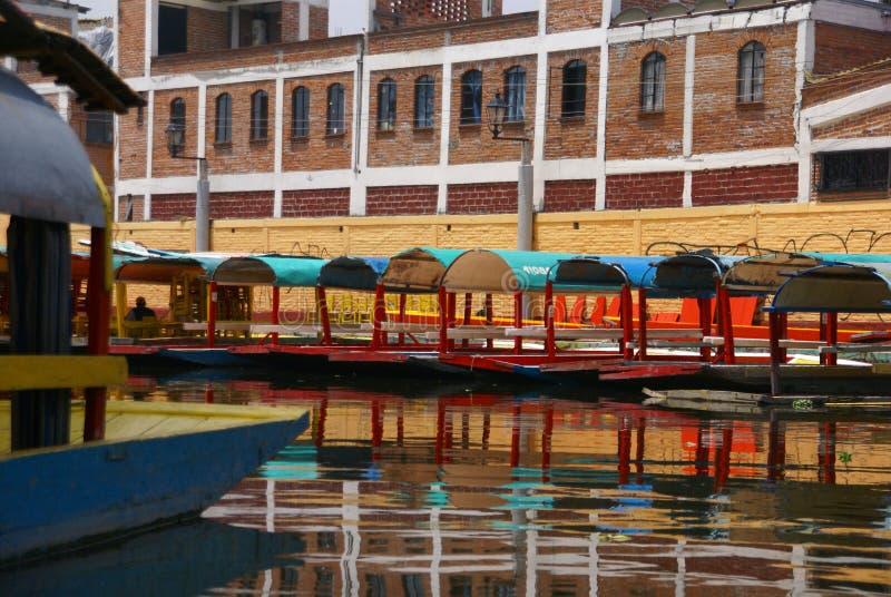 Réflexions des bateaux colorés amarrés photographie stock