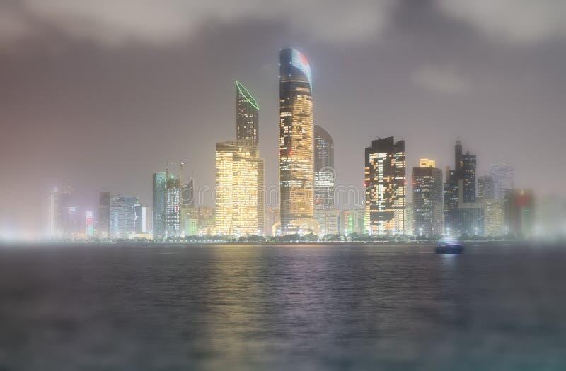 Réflexions des constructions de routes de Corniche la nuit comme vu à partir de mars photo stock