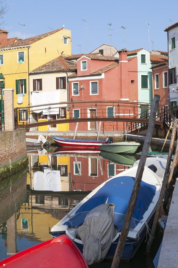 Réflexions des maisons colorées dans Burano, Venise, Italie images libres de droits