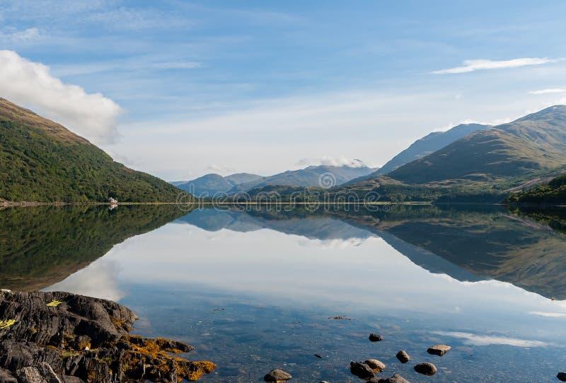 Réflexions des montagnes dans le loch Creran - Ecosse, R-U photos libres de droits