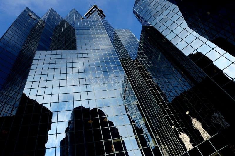 Réflexions sur des gratte-ciel photographie stock libre de droits