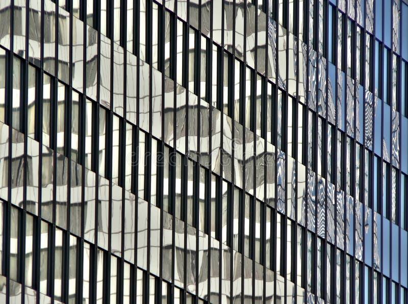 Réflexions sur la construction en verre photos libres de droits