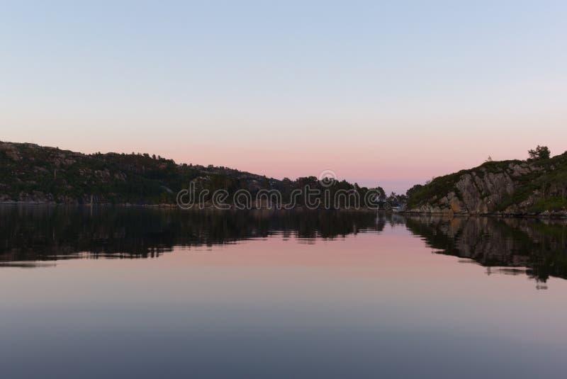 Réflexions sur la mer dans le fjord de Bergen en Norvège - 1 photographie stock libre de droits
