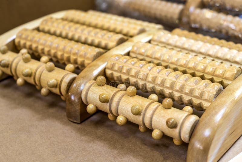 Réflexothérapie plantaire d'outil en bois de rouleau de massage de pied photographie stock libre de droits