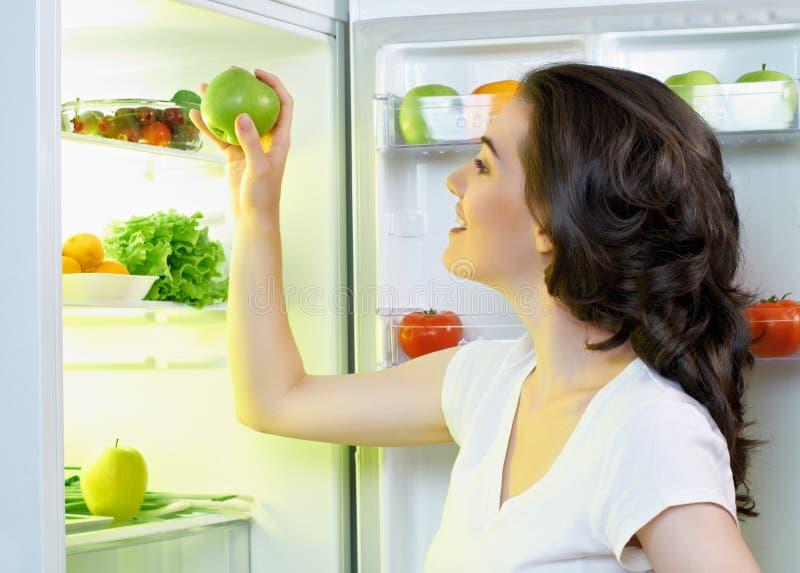 Réfrigérateur avec la nourriture image stock