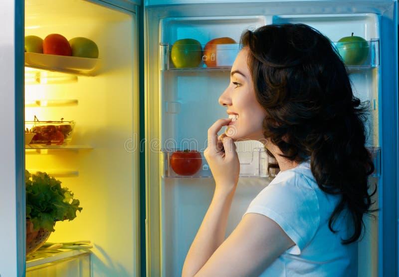 Réfrigérateur avec la nourriture photographie stock libre de droits