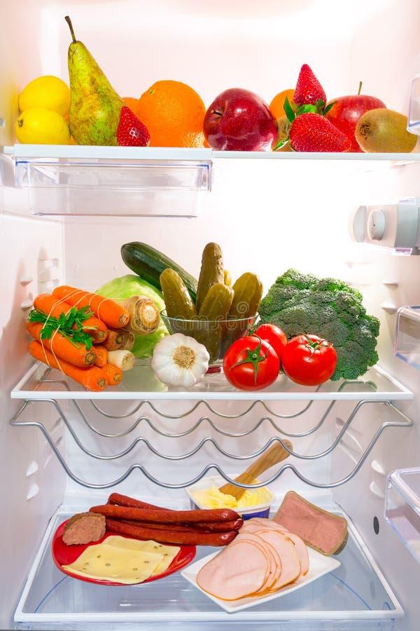 Réfrigérateur complètement de nourriture saine image stock