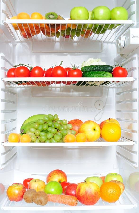 Réfrigérateur complètement des fruits et légumes photo libre de droits