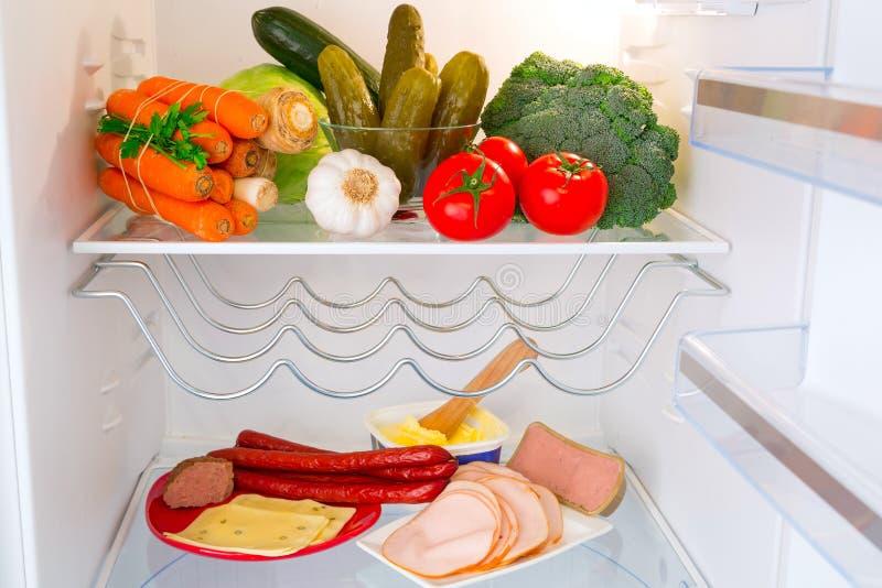Réfrigérateur complètement de nourriture saine photo libre de droits