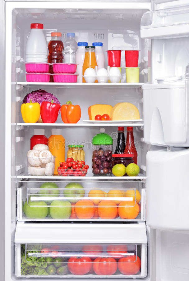Réfrigérateur complètement des produits sains image libre de droits