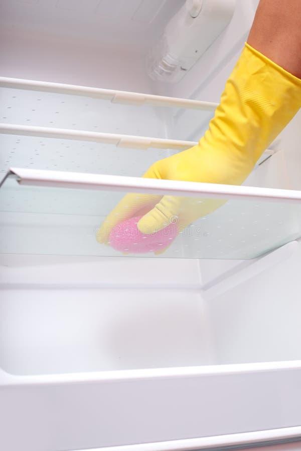 Réfrigérateur de nettoyage de main. photos stock