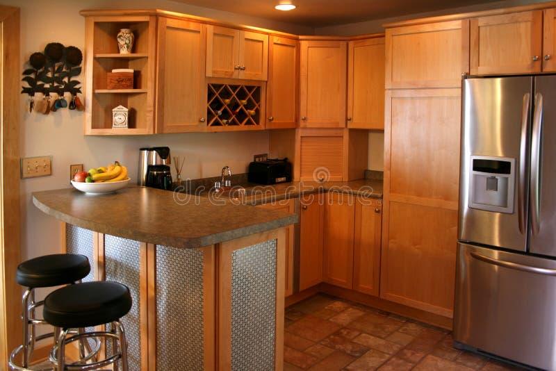Réfrigérateur inoxidable de modules en bois de cuisine photographie stock libre de droits