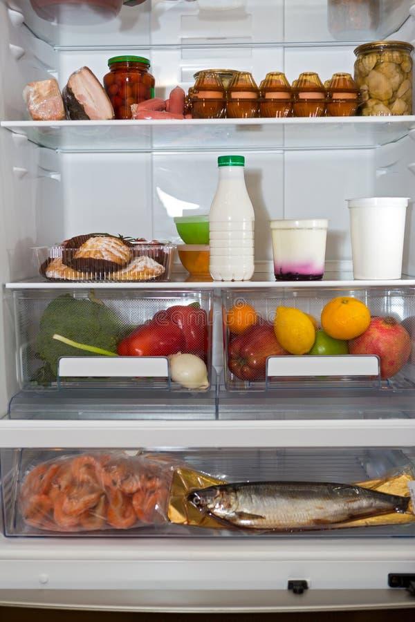 Réfrigérateur ménager complètement d'un grand choix de nourritures photographie stock