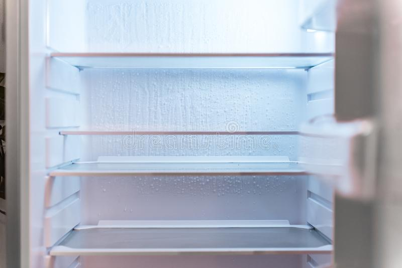Réfrigérateur moderne vide image stock