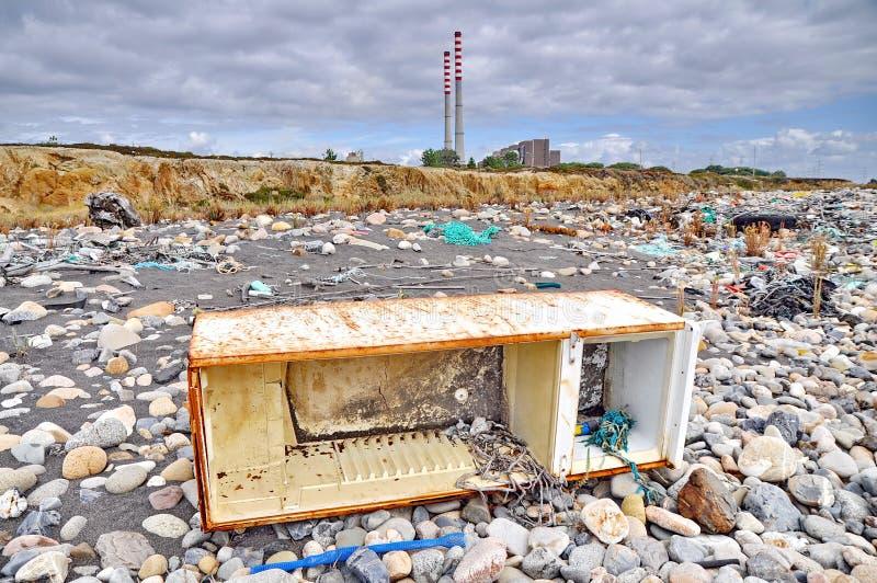 Réfrigérateur Trashed sur le bord de la mer photo stock