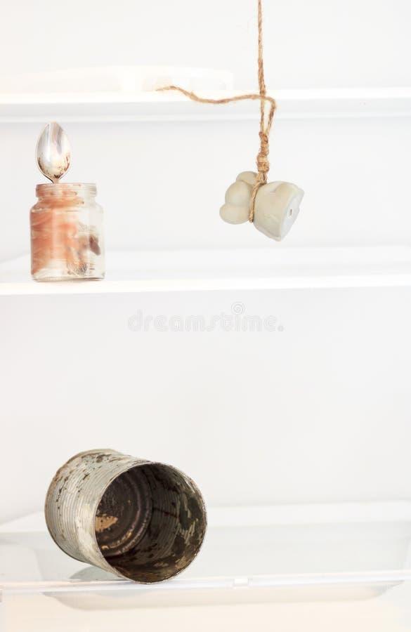 Réfrigérateur vide Réfrigérateur de cuisine avec les souris accrochantes Absolument aucune nourriture Rien n'est un concept les é photos stock