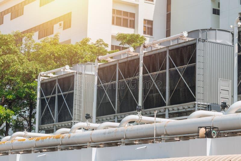 Réfrigérateurs d'air de la CAHT sur des unités de dessus de toit de climatiseur photo stock