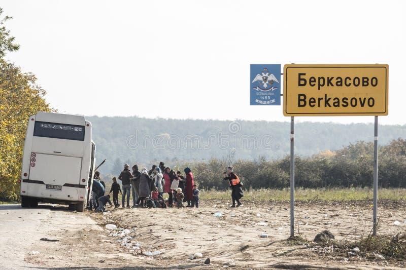 Réfugiés descendant de l'autobus qui les a apportés en Serbie pour entrer dans l'UE au village de frontière de Berkasovo entre la photographie stock