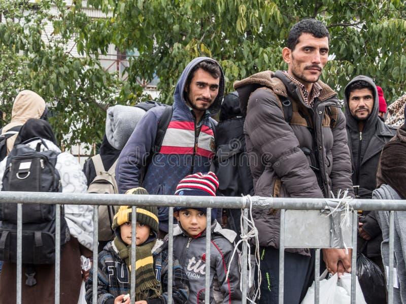 Réfugiés, hommes et enfants se tenant et attendant pour franchir la frontière de la Croatie Serbie, à la station de train de Sid  photos stock