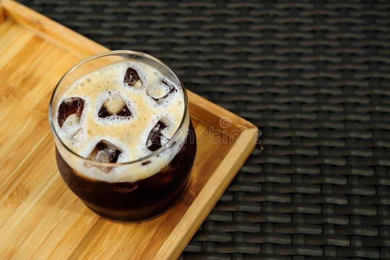 Régénérez votre jour avec un verre gentil de café froid nitro de brew images stock