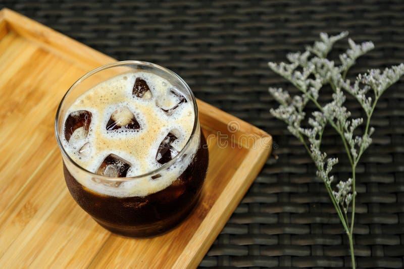 Régénérez votre jour avec un verre gentil de café froid nitro de brew photo libre de droits