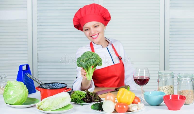 régime alimentaire cru Valeur de nutrition de brocoli Légume cru de brocoli de prise professionnelle de chef de femme Végétarien  image stock