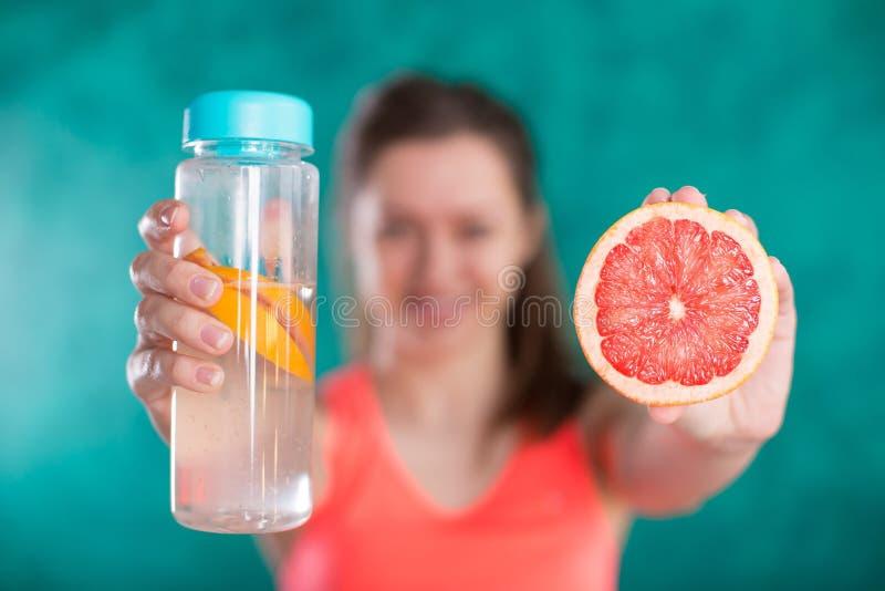 Régime Concept suivant un régime Nourriture saine Belle jeune femelle avec la bouteille de l'eau photographie stock
