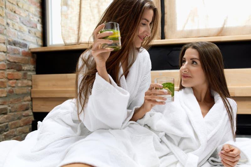 Régime de Detox Eau potable de femmes en bonne santé dans le matin nutrition photographie stock
