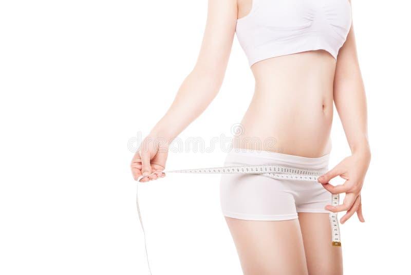 Régime de la hanche de mesure de femme avec la bande photographie stock libre de droits