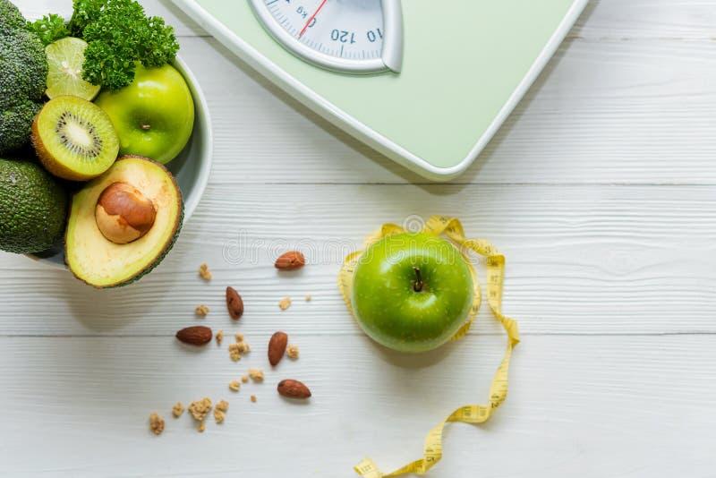 Régime et concept sain de la vie Robinet de mesure le légume et de l'échelle verts frais de poids avec pour des femmes suivent un photographie stock libre de droits