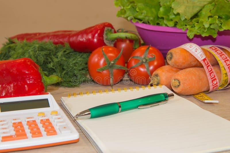 Régime et perte de poids de concept sur la table en bois Régime faible en calories de légumes Régime pour la perte de poids photographie stock libre de droits
