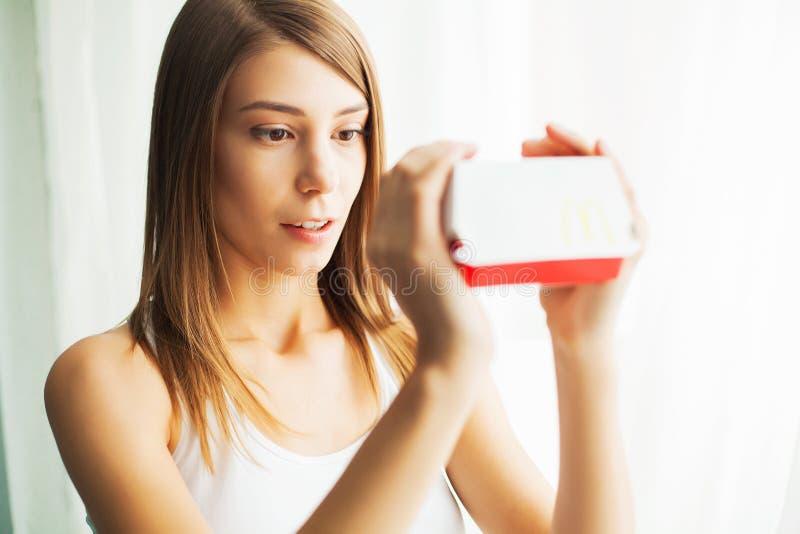 Régime Le concept de la nutrition saine et malsaine Le modèle plus la taille fait un choix en faveur de la nourriture saine et image stock