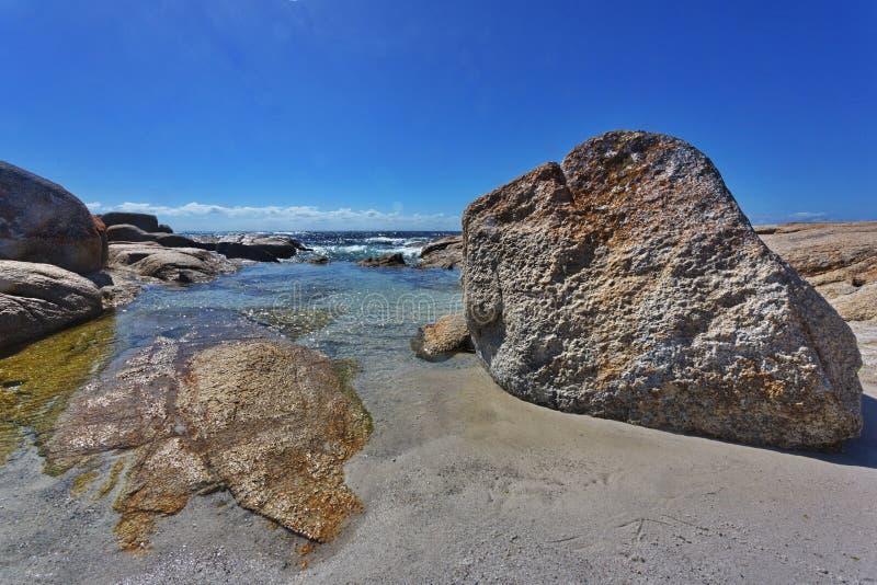 Région côtière de belle baie de Binalong en Tasmanie photographie stock libre de droits
