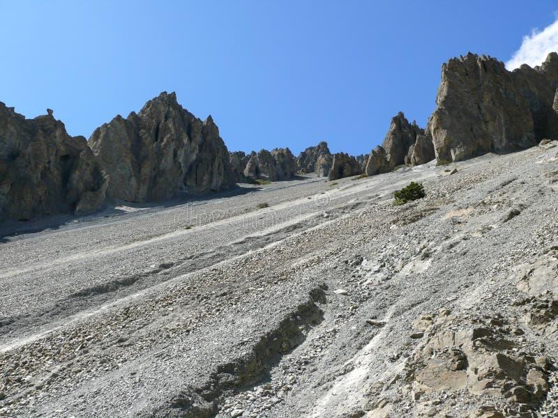 Région d'éboulement, roches érodées - manière au camp de base de Tilicho, Népal image libre de droits