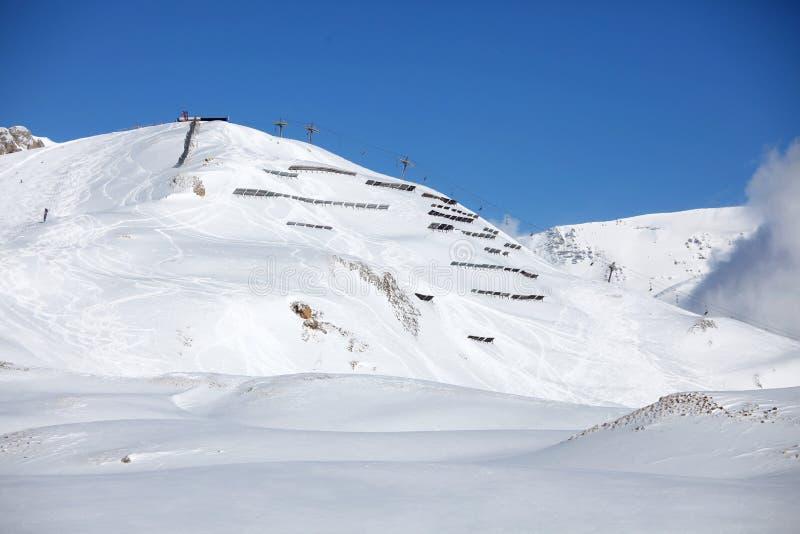 Région d'avalanche après des chutes de neige images libres de droits