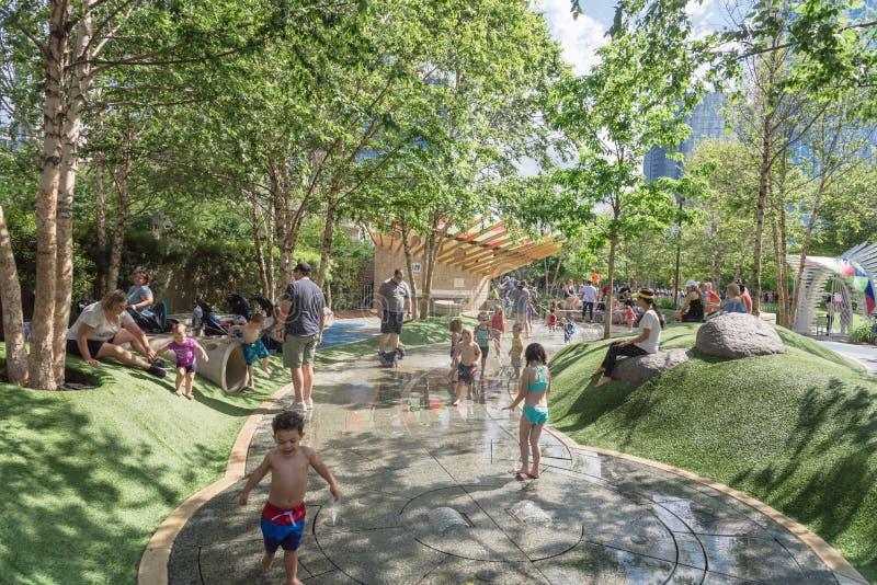 Région d'enfants chez Klyde Warren Park à Dallas du centre, le Texas image stock