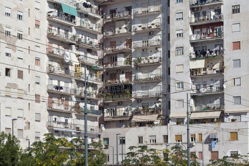 Région de dortoir avec les bâtiments résidentiels photo libre de droits