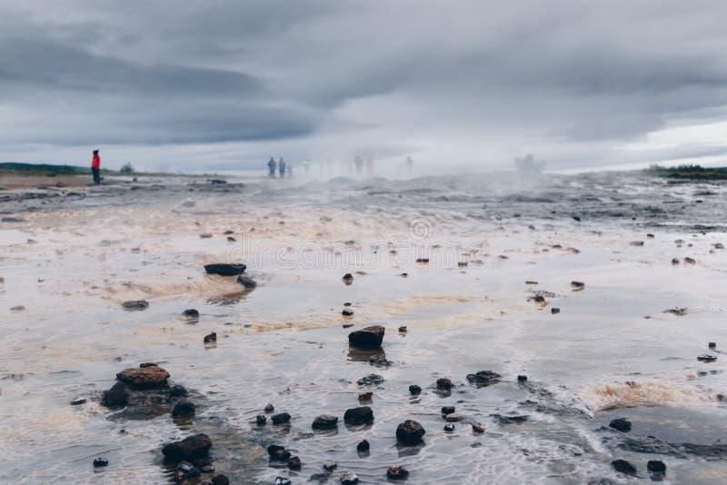 Région de Geysir, Islande, éruption de attente images libres de droits