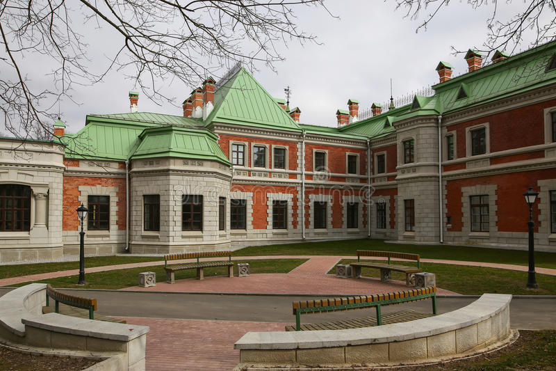 Région de Gomel, secteur de Zhlobin, la BANQUE ROUGE de VILLAGE, Belarus - 16 mars 2016 : Le manoir de Gatovsky est un monument d photos libres de droits