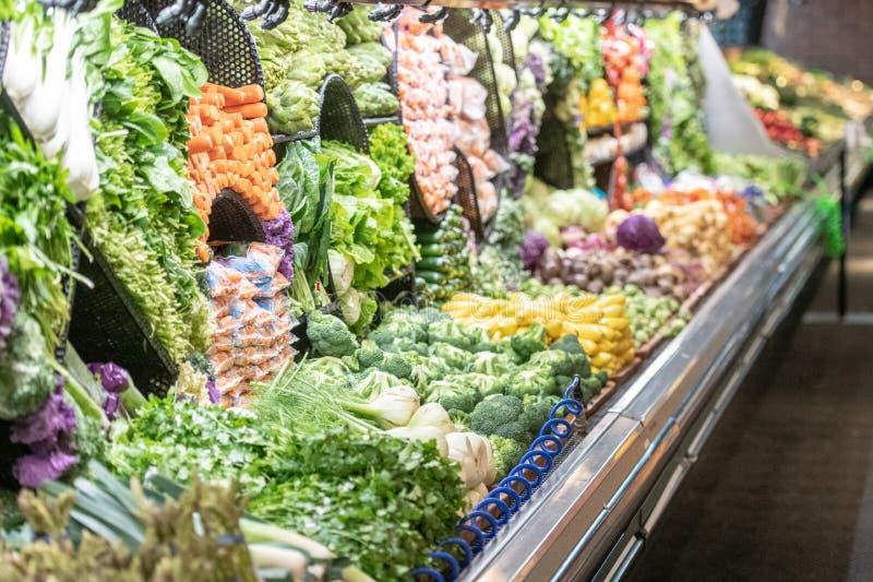 Région de marchands de légumes dans un supermarché photo stock