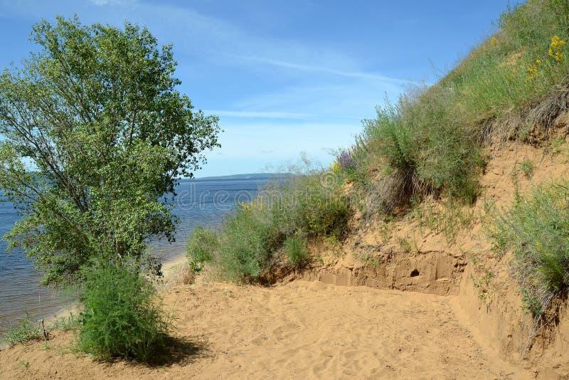 Région de pirogue pour la relaxation et prendre un bain de soleil sur la pente d'une falaise arénacée photographie stock