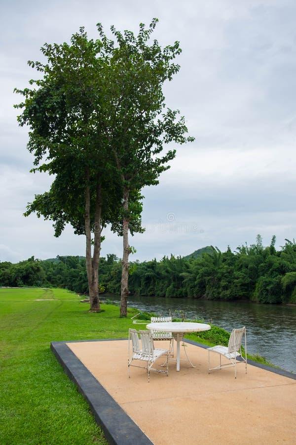 Région de relaxation avec la table et la chaise en bois dans le jardin photo stock