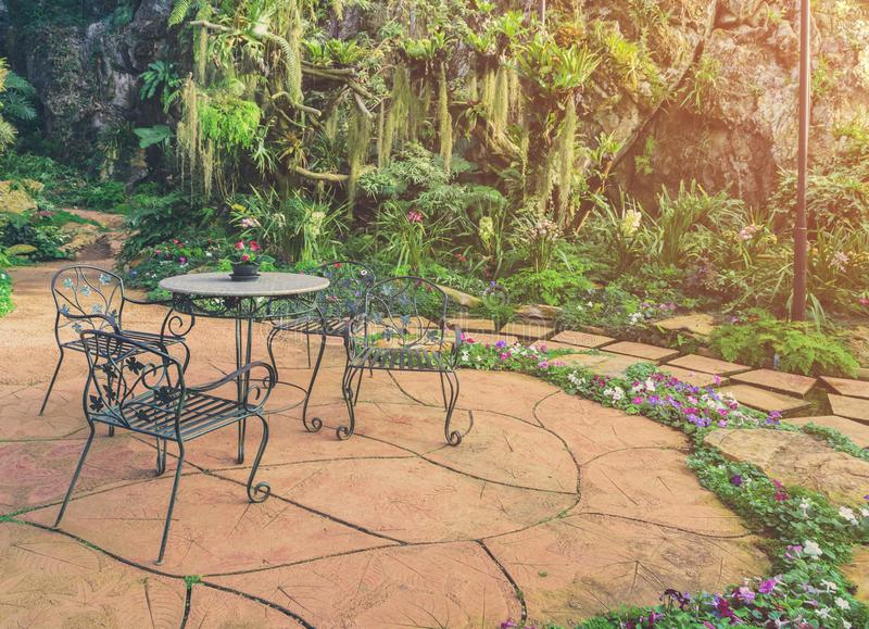 Région de relaxation dans le jardin vert idyllique photo stock