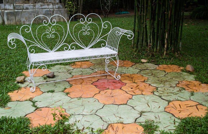 Région de relaxation dans un jardin images libres de droits