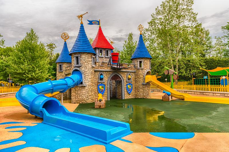Région de terrain de jeu à l'intérieur de parc d'attractions de Gardaland, près de policier de lac images stock
