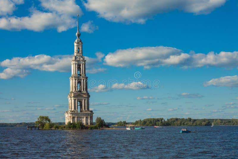 Région de Tver, Russie Tour de cloche de Kalyazinskaya : l'église inondée dans Kalyazin photos stock