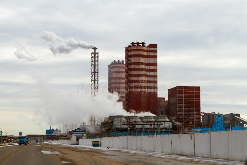 Région de Voronezh, Rossosh La Russie : Le 11 novembre 2011 Engrais minéraux d'usine d'échappement Illustration de pollution envi photographie stock libre de droits