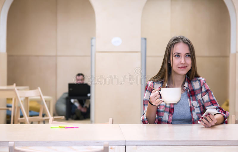 Région et jeune Madame thé potable de kitchenette de campus d'université photos libres de droits