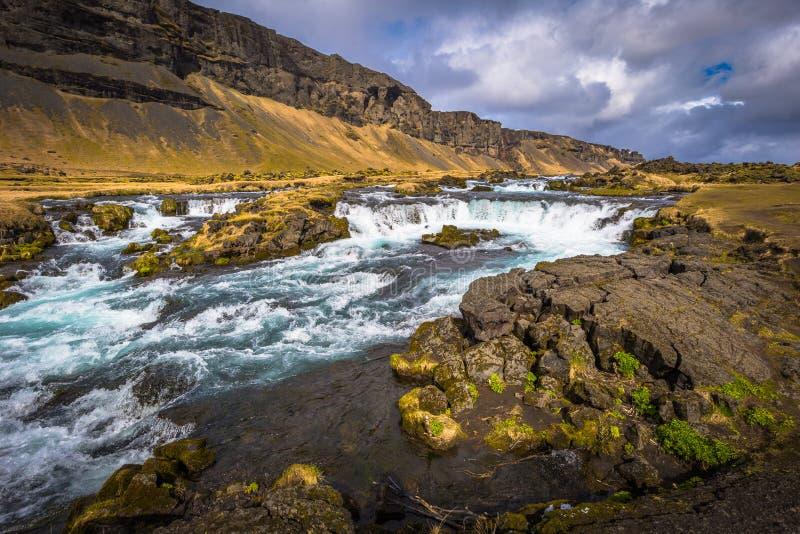 Région sauvage islandaise - 5 mai 2018 : Belle cascade dans la région sauvage de l'Islande photos libres de droits